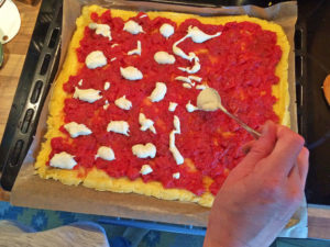 Polenta-Pizza Cashew-Sauce verteilen