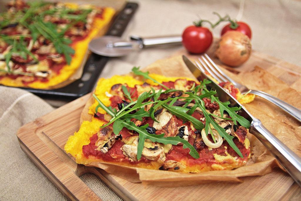 polenta pizza rezept vegan kohl und karma. Black Bedroom Furniture Sets. Home Design Ideas