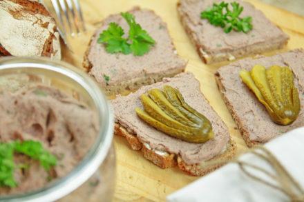 vegane Leberwurst - Brettchen Gurke Petersilie - kohlundkarma