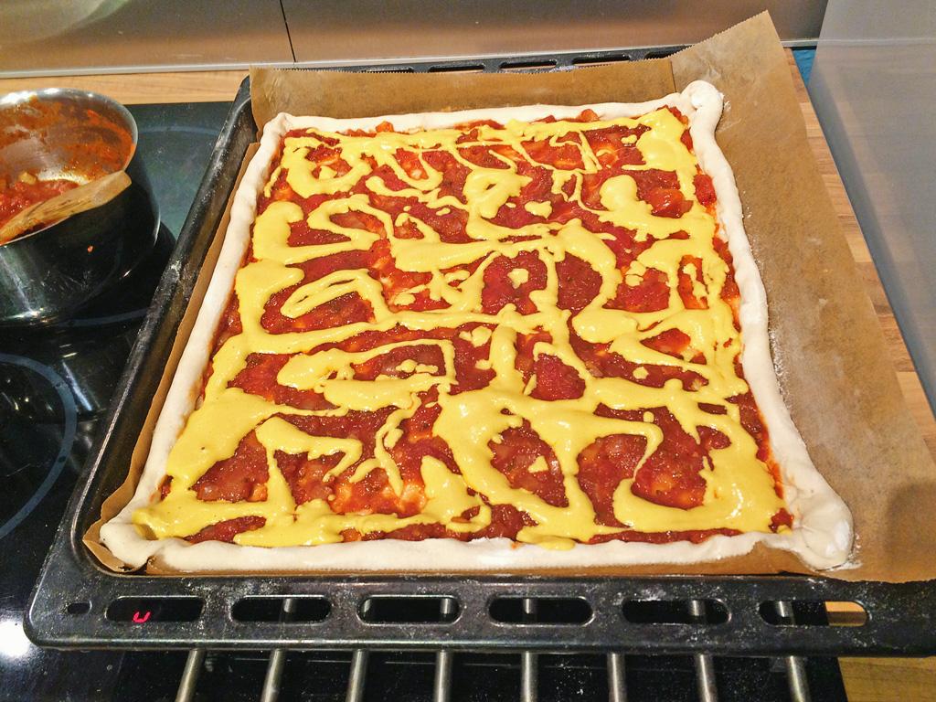 Pizza mit Tomaten Sauce und veganem Käse - veganer Pizzateig - Grundrezept