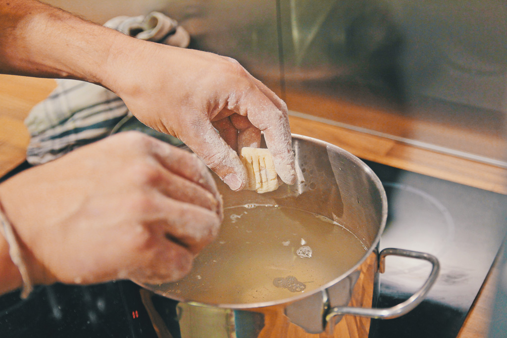 Gnocchi ins kochende Salzwasser geben