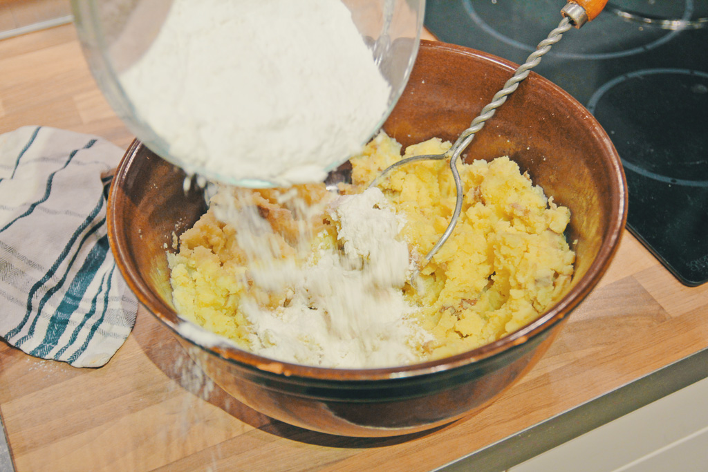 Mehl an gestampfte Kartoffeln geben
